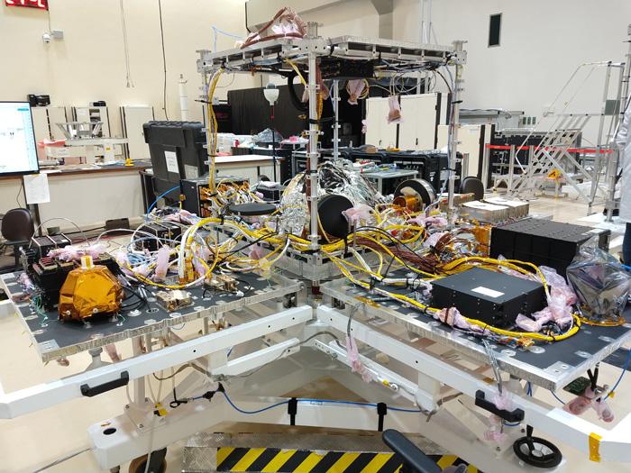 Amazonia-1 é construído com base na Plataforma Multimissão do INPE. A foto mostra, em primeiro plano, a PMM aberta. Ao fundo, o módulo que levará a carga útil do satélite