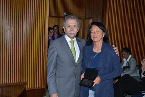 O diretor Ricardo Galvão e a Servidora Destaque de Pesquisa, Ing Hwie Tan