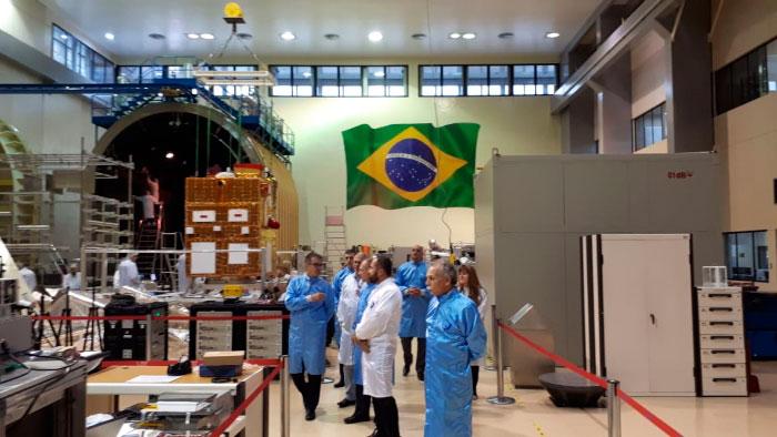 Visita às instalações do LIT, onde o satélite CBERS-4A passa pelos últimos testes preparatórios para o lançamento, no segundo semestre deste ano