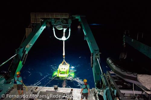 Resgate noturno de submersível